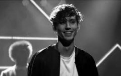 Troye Sivan Helps Girl Come Out to Her Mother